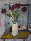 Bouquet de fleurs devant la fenêtre ouverte