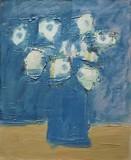 Bouquet de fleurs blanches au vase bleu