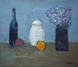 Nature morte : bouteille, pot blanc, fleurs